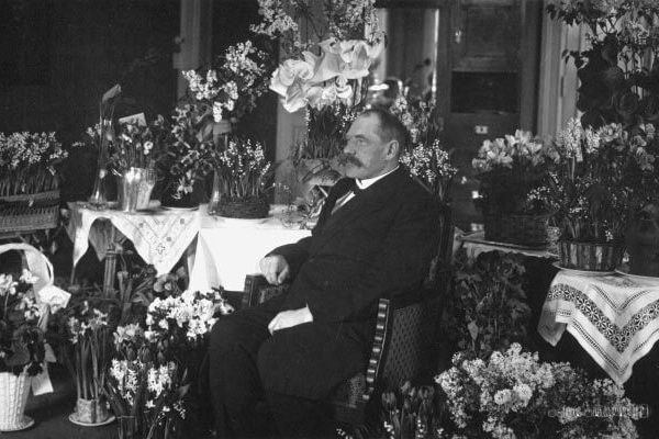 P.E. Svinhufvud at the Hotel Kämp following his return from exile in Siberia in March 1917. <em>Salon Strindberg, 1917. National Board of Antiquities, Historical Picture Collection</em>