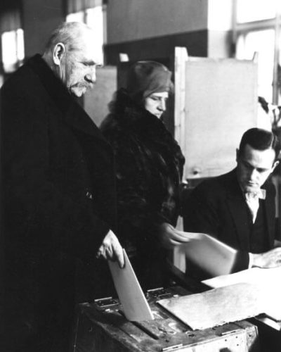 President P.E. Svinhufvud and Mrs Ellen Svinhufvud participating in the prohibition vote in December 1931. <em>Pietinen. National Board of Antiquities, Historical Picture Collection</em>