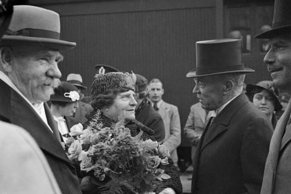 President P. E. Svinhufvud and Mrs Ellen Svinhufvud departing for Sweden from the Central Railway Station in Helsinki. <em>Aarne Pietinen, 1935. National Board of Antiquities, Historical Picture Collection</em>