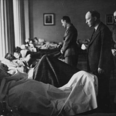 President Ryti visiting patients in a military hospital. <em>Olavi Gunnari, 1941–1944. National Board of Antiquities, Historical Picture Collection</em>