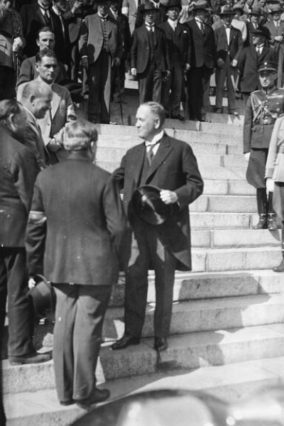President Relander greets Vihtori Kosola on the steps of Helsinki Cathedral on 7 July 1930. <em>National Board of Antiquities, Historical Picture Collection</em>