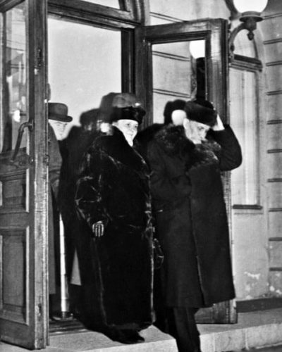 After resigning due to failing health, Kyösti Kallio and Mrs Kaisa Kallio leave the Presidential Palace on 19 December 1940. <em>E.J. Viitasalo. Helsinki City Museum</em>