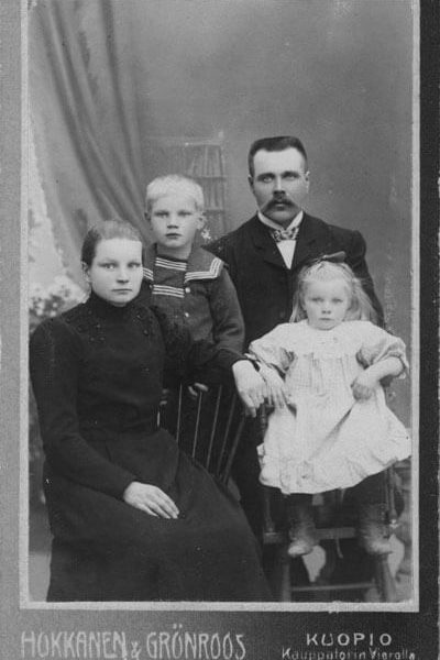 Family portrait of Emilia, Urho, Juho and Siiri Kekkonen taken before the birth of Jussi. <em>Hokkanen&Grönroos, Kuopio. The Archives of President Urho Kekkonen</em>