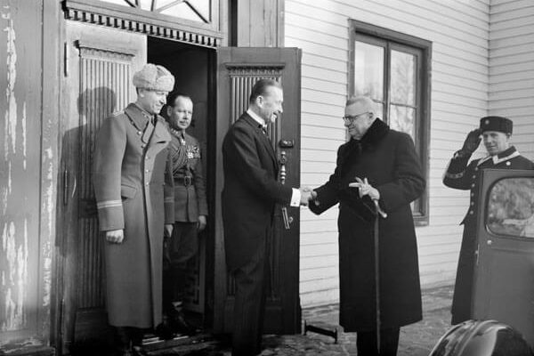 President J.K. Paasikivi visiting Mannerheim at his residence in Kaivopuisto after his retirement in 1946. <em>Unkown photographer, Helsinki 11 March 1946. Finnish Museum of Photography/Alma Media/Uusi Suomi Collection</em>