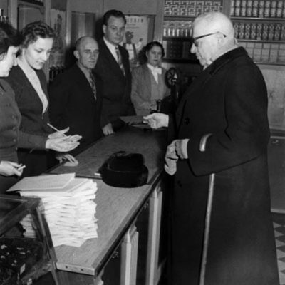 President Paasikivi visiting an Elanto grocery store. <em>Helsinki, 1952. National Board of Antiquities, Historical Picture Collection</em>