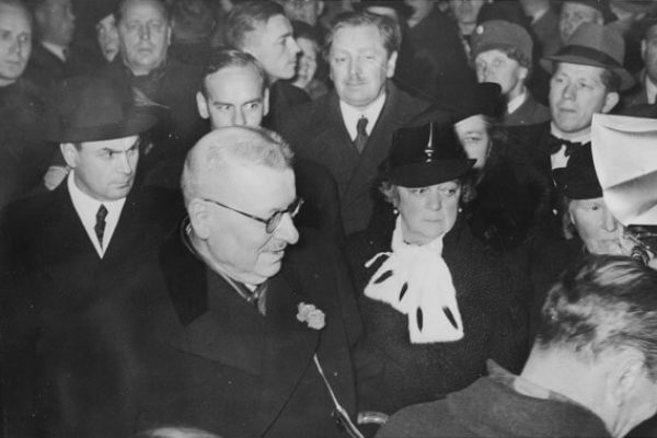 Paasikivi accompanied by Mrs Alli Paasikivi departing for a second round of negotiations with Moscow in October 1939. <em>Hufvudstadsbladet, 21 October 1939. National Board of Antiquities, Historical Picture Collection</em>
