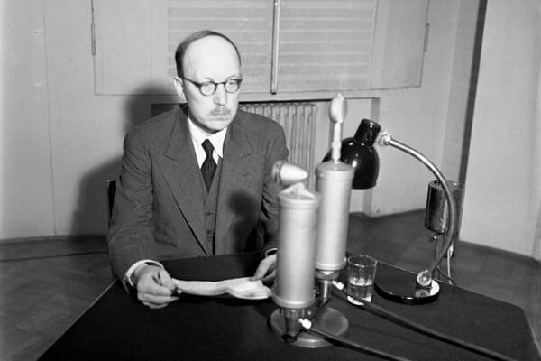 Prime Minister Risto Ryti delivering a radio speech in which he discusses Finland's relationship with the Soviet Union. <em>Unkown photographer, Helsinki 18 August 1940. Finnish Museum of Photography/Alma Media/Uusi Suomi Collection</em>